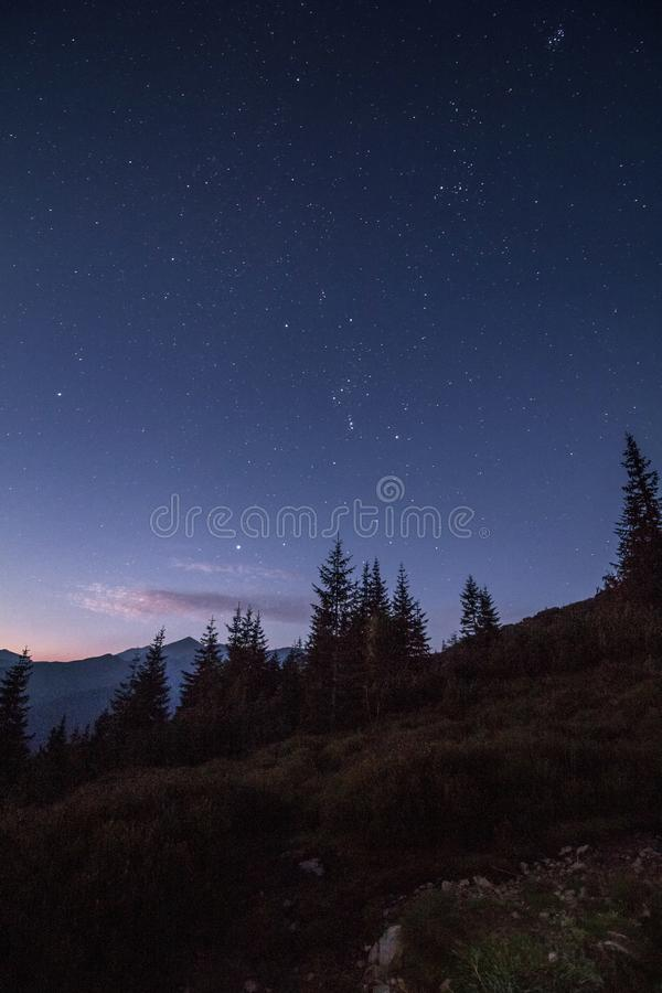 Cielo nocturno lleno de estrellas momentos antes de la salida del sol en montañas fotos de archivo libres de regalías