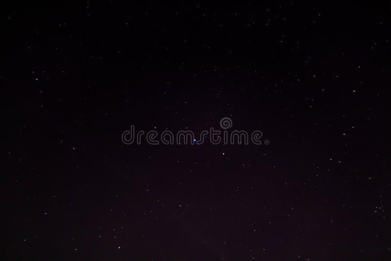 Cielo nocturno oscuro con muchas estrellas fotos de archivo