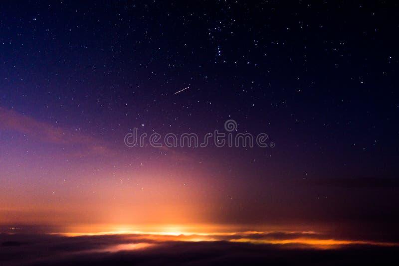 Cielo nocturno sobre la ciudad que tiene baño en niebla imágenes de archivo libres de regalías