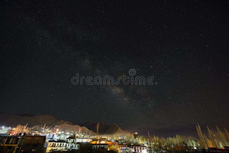 Cielo nocturno sobre la montaña imágenes de archivo libres de regalías