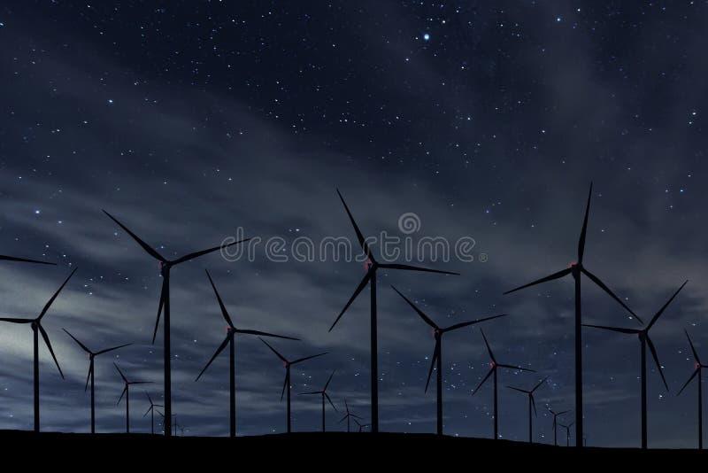 Cielo nocturno sobre parque eólico Cielo nocturno de la energía y de la naturaleza fotos de archivo libres de regalías