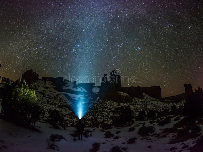 Cielo nocturno, vía láctea de la galaxia, constelaciones y estrellas fotos de archivo libres de regalías