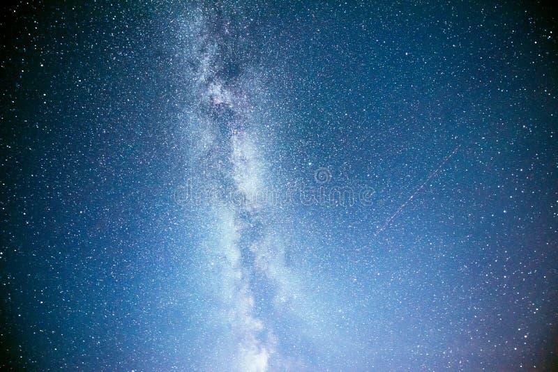 Cielo nocturno vibrante con las estrellas y nebulosa y galaxia Astrophoto profundo del cielo imágenes de archivo libres de regalías