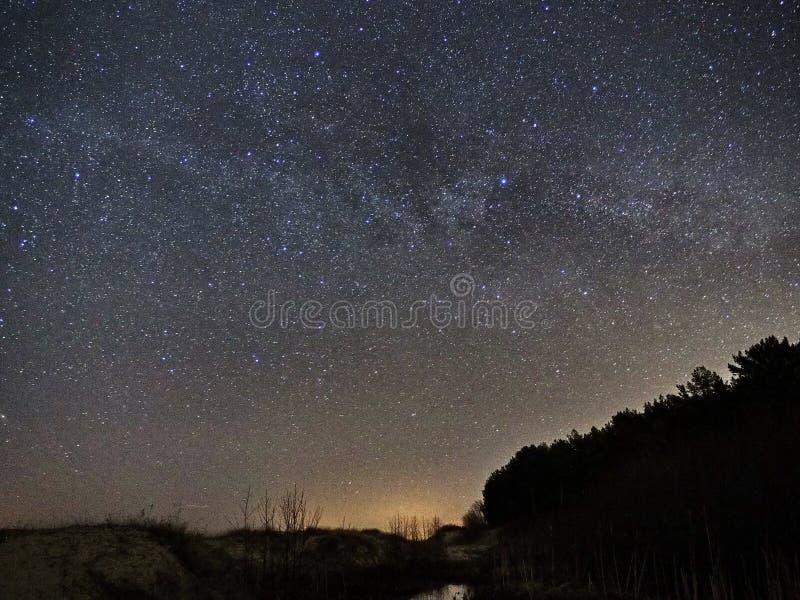 Cielo nocturno y constelaci?n de las estrellas de la v?a l?ctea, del Cygnus de Cassiopea y de Lyra foto de archivo