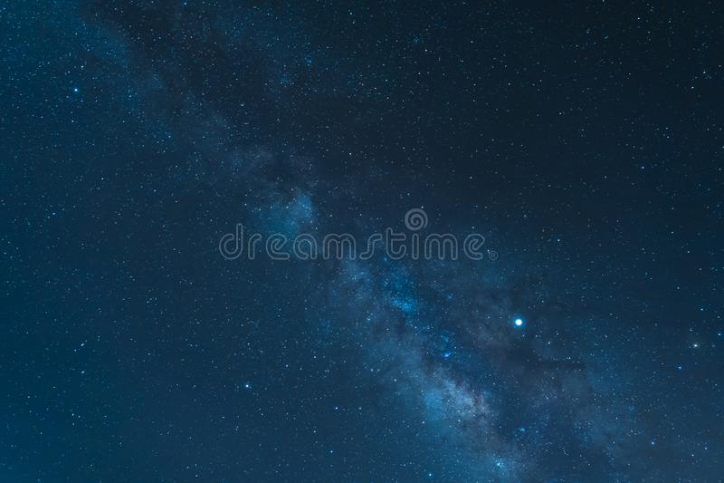 Cielo nocturno y la galaxia de la vía láctea vista del parque nacional de Teide del soporte fotos de archivo
