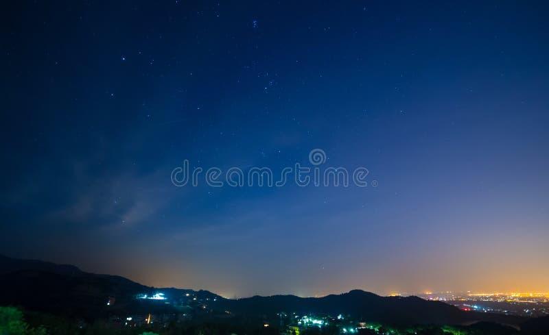 Cielo nocturno y meteoritos foto de archivo