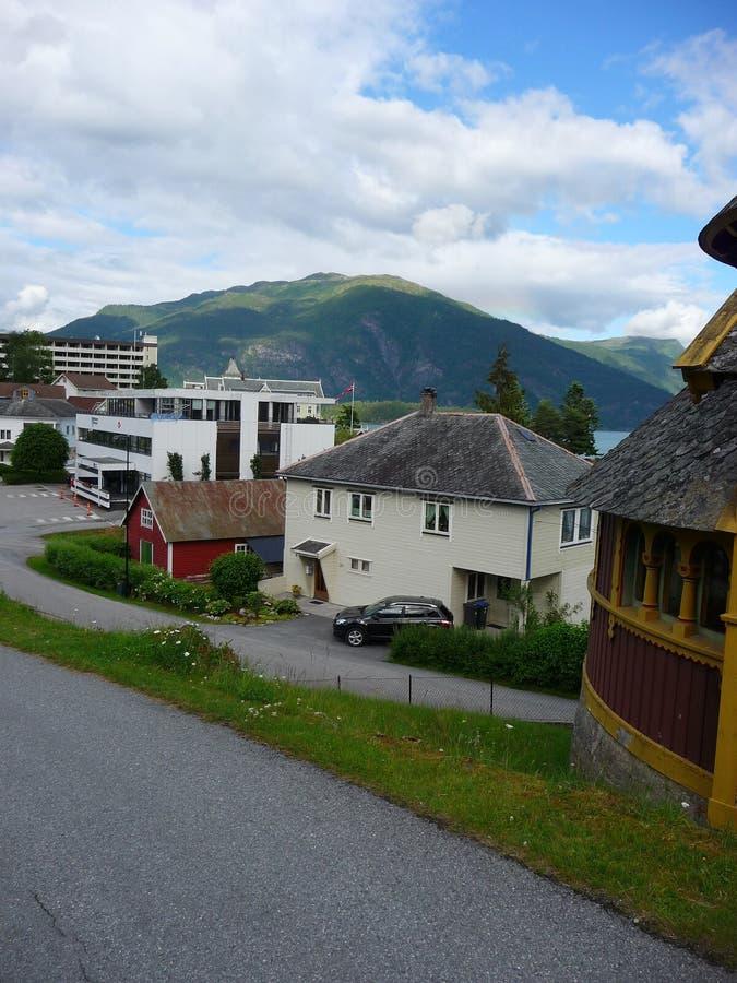 Cielo noruego del pueblo imagenes de archivo