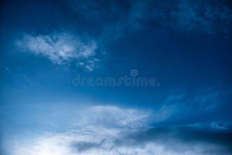 Cielo notturno blu con molte stelle immagine stock