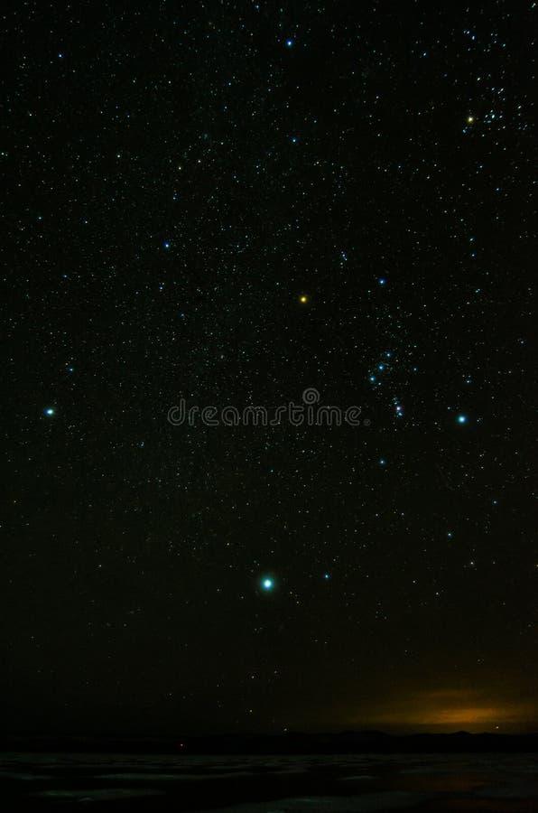 Cielo notturno con il lotto delle stelle brillanti, fondo naturale di astro fotografia stock libera da diritti