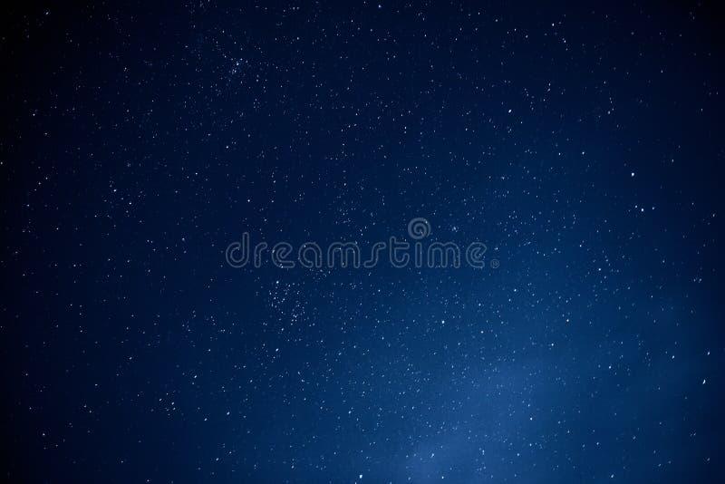 Cielo notturno con il lotto delle stelle, fondo dello spazio, astrophoto con esposizione lunga fotografia stock
