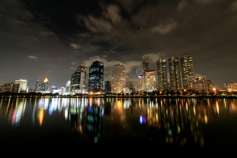 Cielo notturno della vista di panorama, flusso della nuvola sopra le costruzioni moderne di fotografia stock libera da diritti
