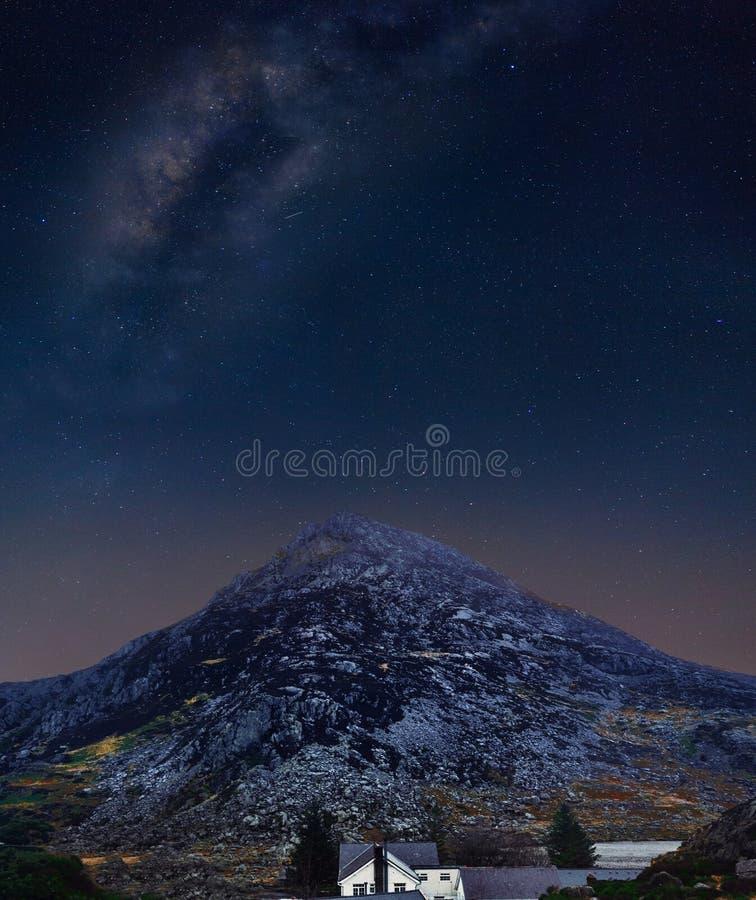 Cielo notturno in montagne di Snowdonias in Galles del nord fotografia stock libera da diritti
