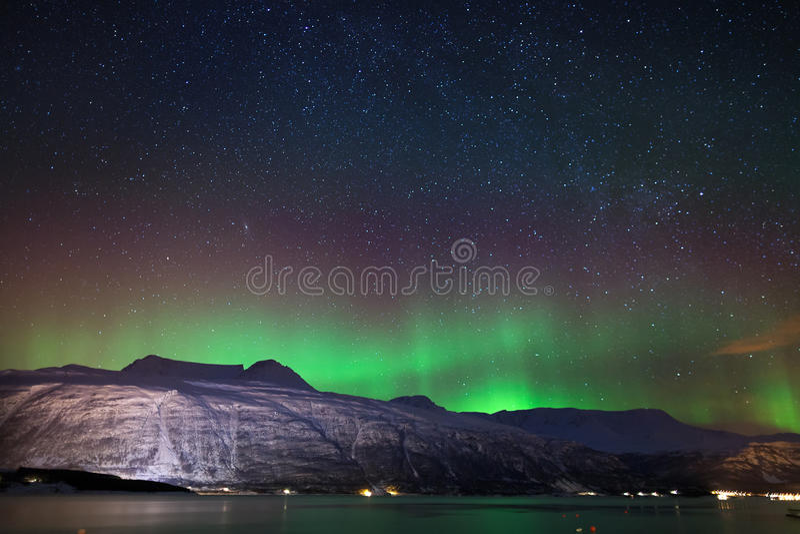 Cielo notturno nell'inverno Norvegia: Aurora Borealis fotografie stock libere da diritti