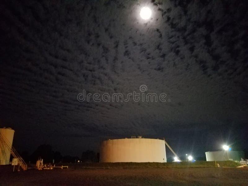 Cielo notturno nuvoloso all'azienda agricola di carro armato fotografia stock