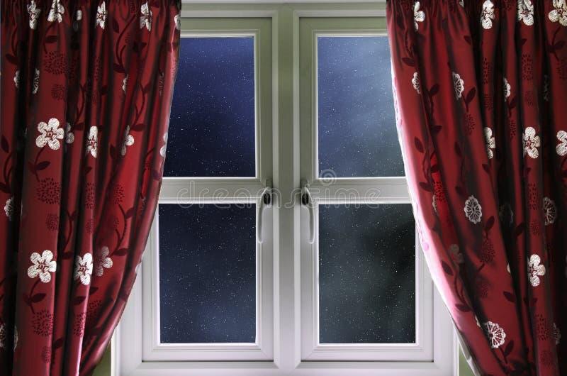 Cielo notturno stellato attraverso una finestra fotografia stock libera da diritti