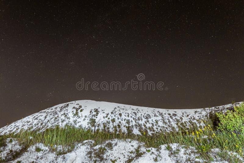 Cielo notturno stellato sopra la collina cretacea bianca Scape naturale di notte con la cresta del gesso fotografia stock