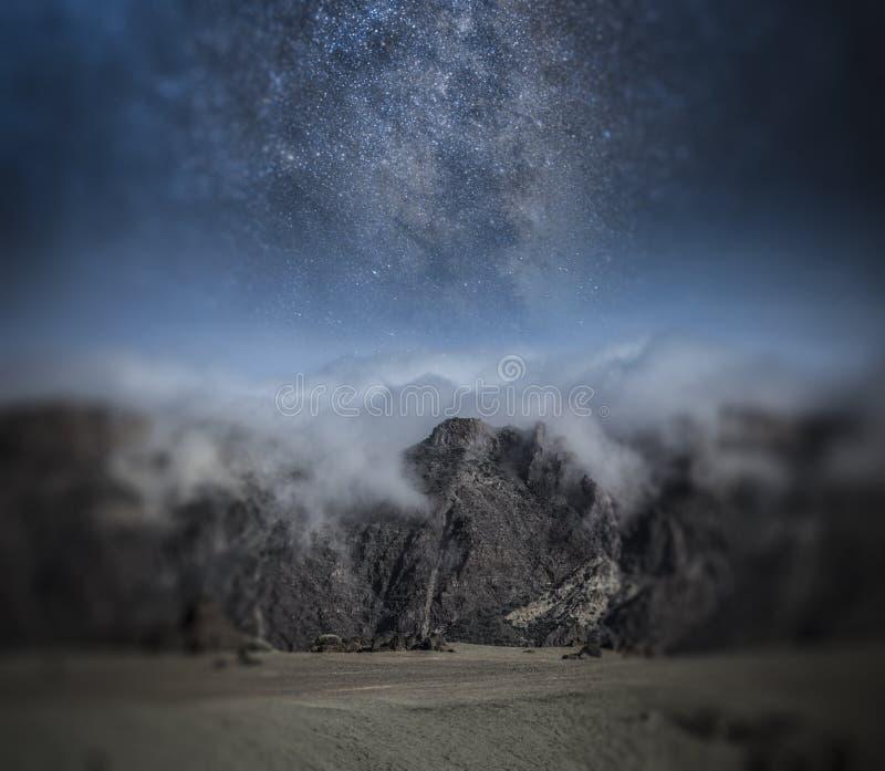 Cielo notturno stellato sopra le montagne fotografia stock libera da diritti