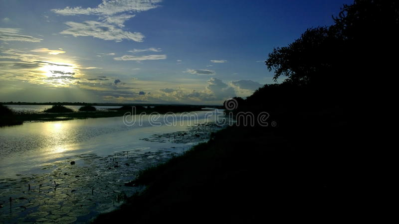 Cielo, nubes, luz, cielo hermoso de la tarde y barcos de pescadores foto de archivo libre de regalías