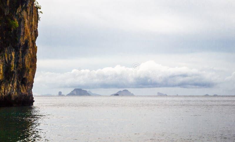 Cielo, nubes, montañas y mar visiones desde el mar tropical de la naturaleza imágenes de archivo libres de regalías