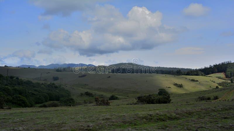 Cielo, nubes, prados, luz, llanos, cuestas y sombras foto de archivo libre de regalías