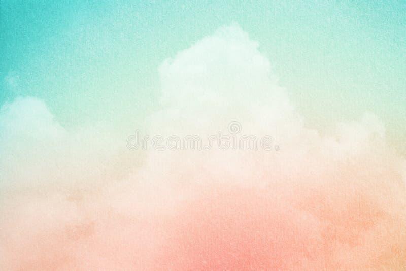 Cielo nublado artístico con el color y la textura en colores pastel del papel del grunge, fondo de la pendiente de la naturaleza foto de archivo