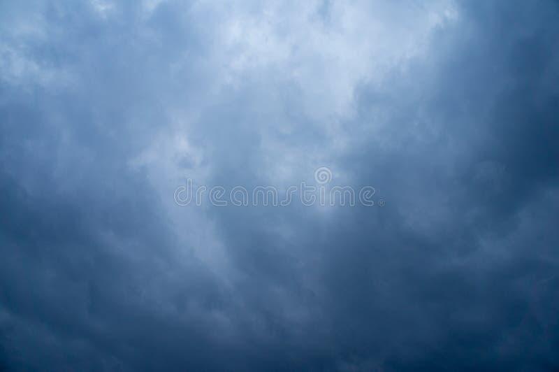 Cielo nublado azul imagenes de archivo