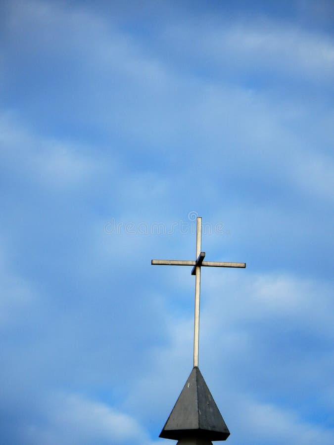 Cielo nublado de la aguja de la iglesia fotos de archivo libres de regalías
