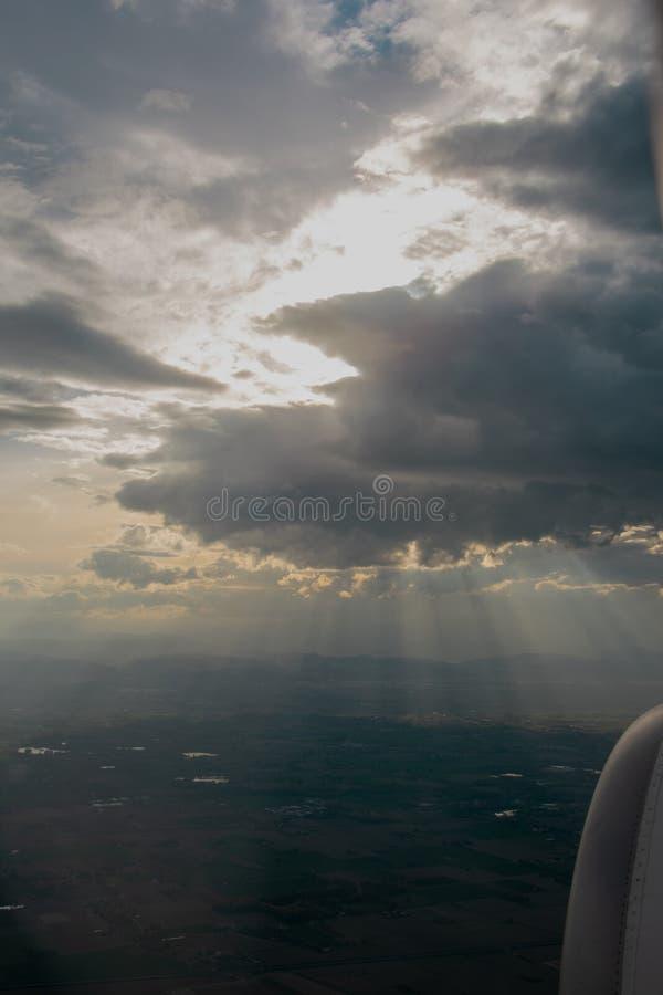 Cielo nublado de la ventana del aeroplano imagen de archivo libre de regalías