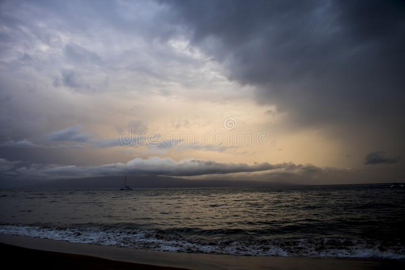Cielo nublado dramático de la puesta del sol sobre paisaje marino como tormenta del huracán aproximada imagen de archivo