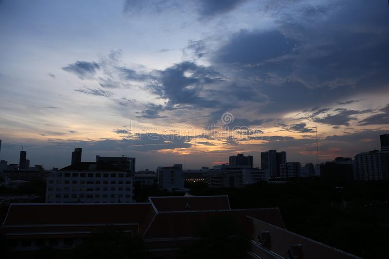 Cielo nublado en la ciudad grande con mucho alto edificio moderno imagenes de archivo