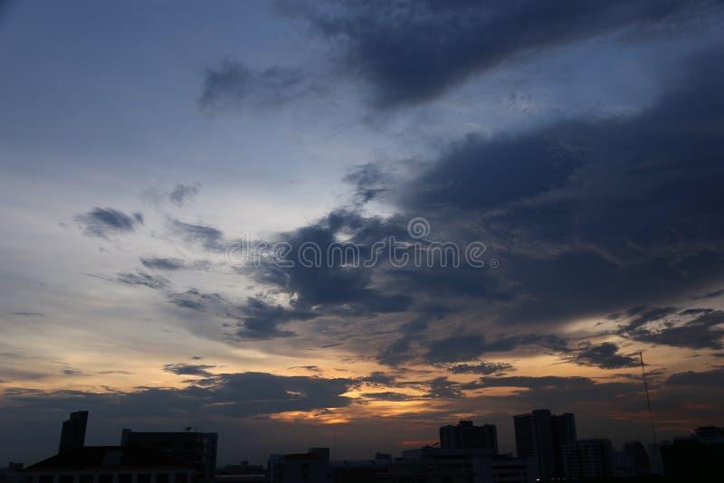 Cielo nublado en la ciudad grande con mucho alto edificio moderno foto de archivo libre de regalías