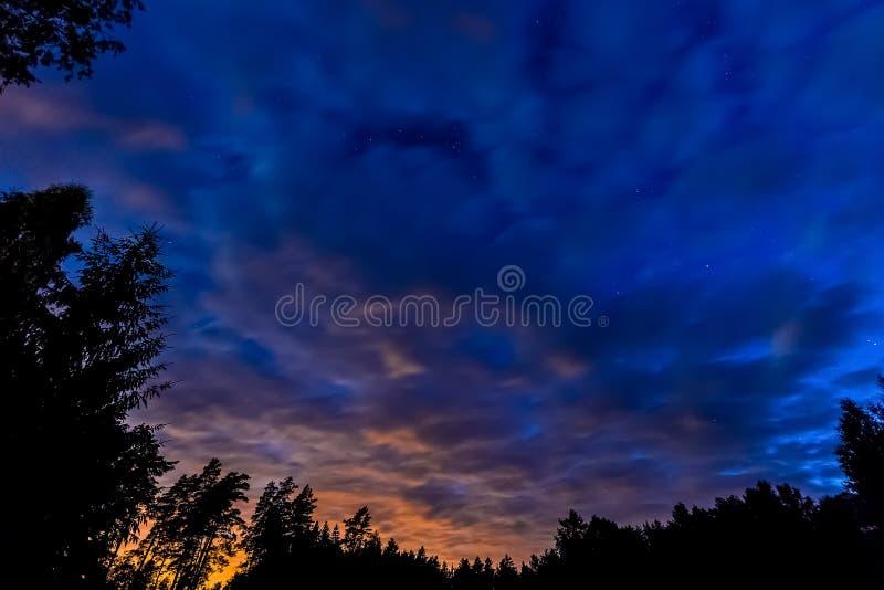 Cielo nublado en la noche foto de archivo libre de regalías