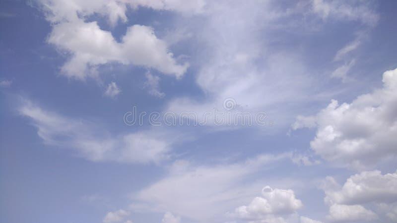 Cielo nublado oscuro imagenes de archivo
