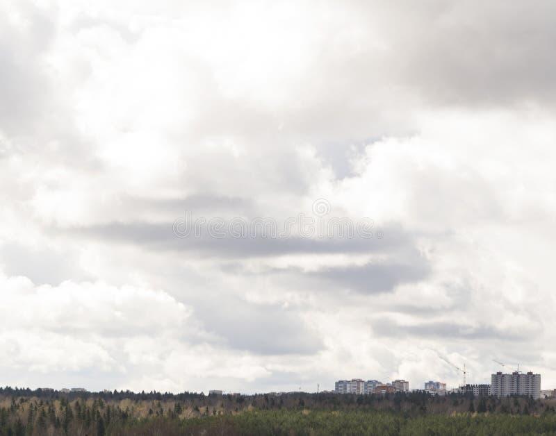 Cielo nublado sobre el fondo de la ciudad del cielo cubierto imagen de archivo