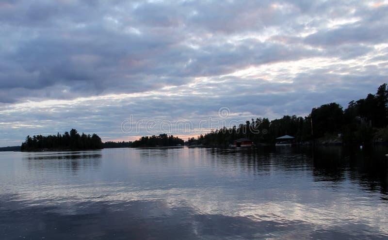 Cielo nublado sobre el lago del bosque, Kenora, Ontario imagenes de archivo
