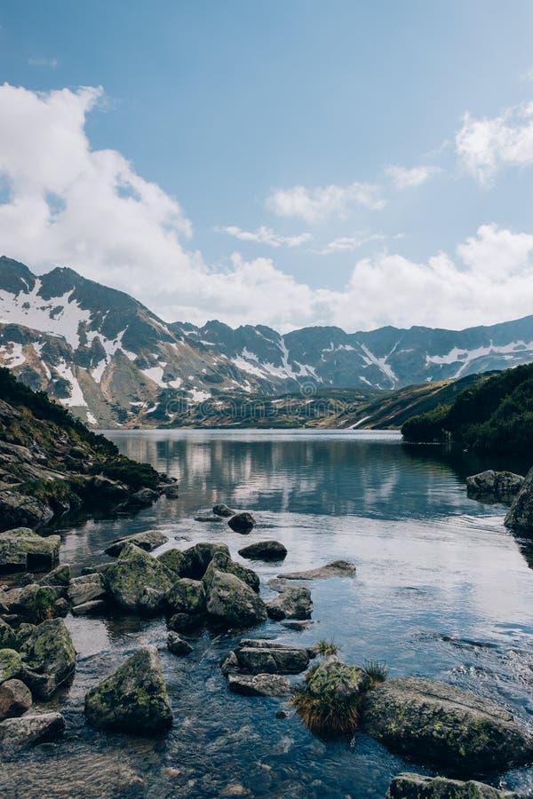 Cielo nublado sobre el valle del parque nacional de Tatra de cinco lagos, Polonia Dolina Pieciu Stawow Polskich foto de archivo