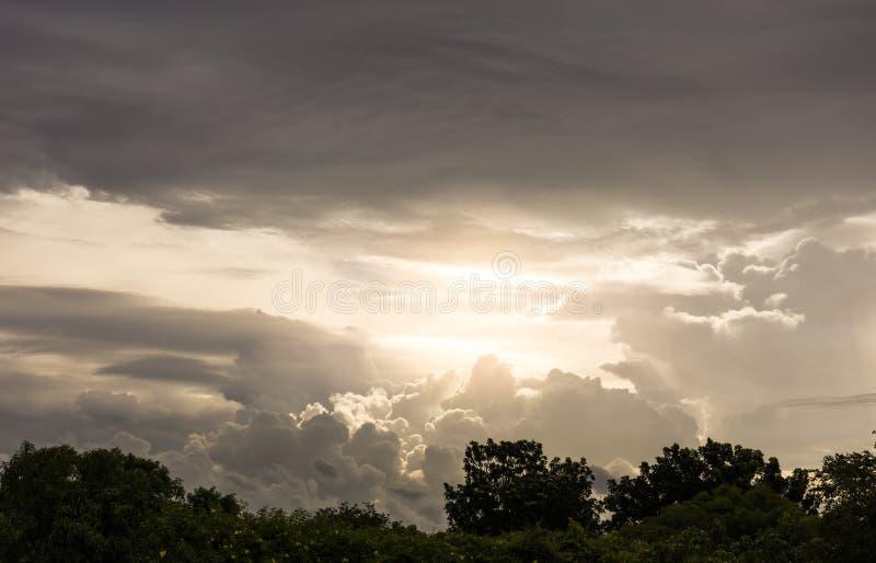 Cielo nublado y cambiante antes de la tormenta fotos de archivo libres de regalías
