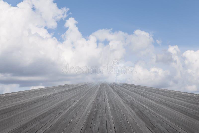 Cielo nublado y decking fotos de archivo libres de regalías