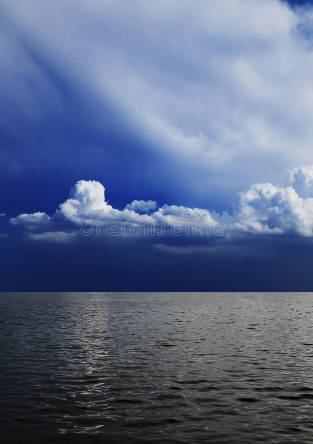 Cielo nublado y mar foto de archivo libre de regalías