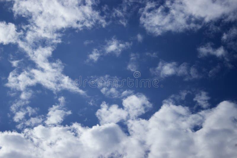 Cielo nuvoloso blu scuro immagini stock