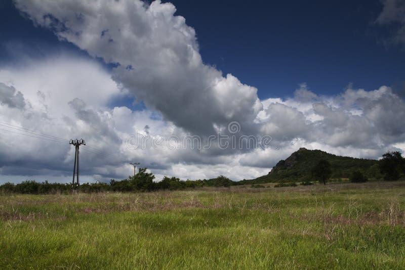 Cielo nuvoloso blu sopra il campo aperto immagini stock libere da diritti