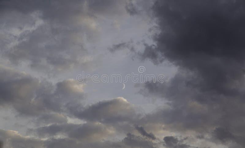 Cielo nuvoloso con la luna immagine stock libera da diritti