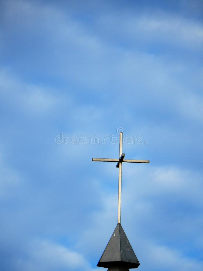 Cielo nuvoloso del campanile della chiesa fotografie stock libere da diritti