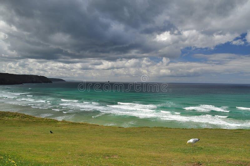 Cielo nuvoloso dell'Oceano Atlantico, Cornovaglia, Inghilterra, Regno Unito fotografia stock