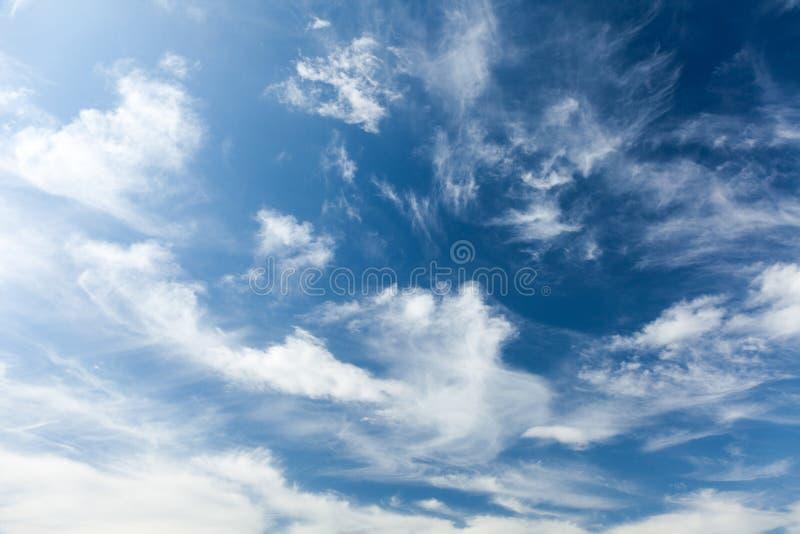 Cielo nuvoloso di bellezza, cielo blu illustrazione di stock