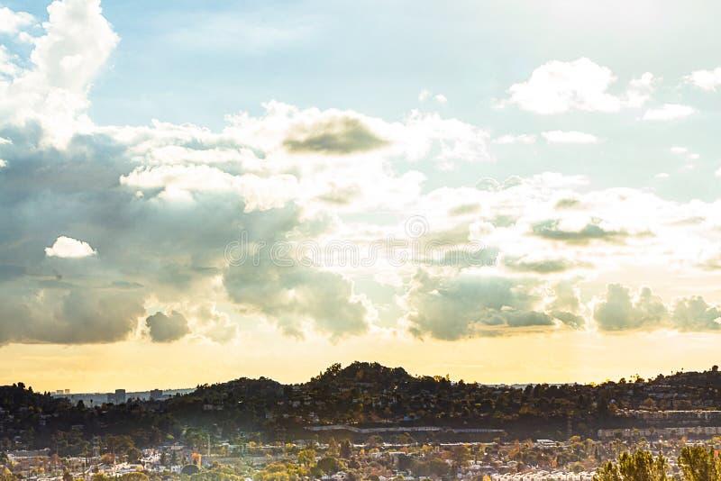 Cielo nuvoloso di grande sera al tramonto iniziale sopra la città e le colline d'espansione immagine stock libera da diritti
