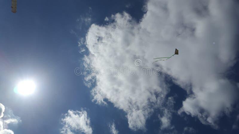Cielo nuvoloso e un aquilone immagine stock libera da diritti