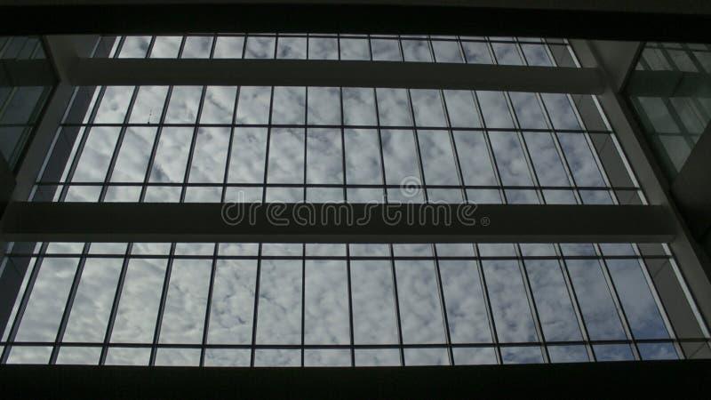 Cielo nuvoloso fuori della finestra immagini stock libere da diritti
