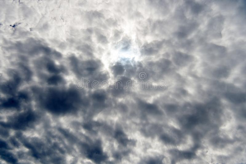 Cielo nuvoloso Nuvole tempestose sul cielo Cielo drammatico Tempo di temporale con il cielo scuro Natura ed ambiente fotografia stock