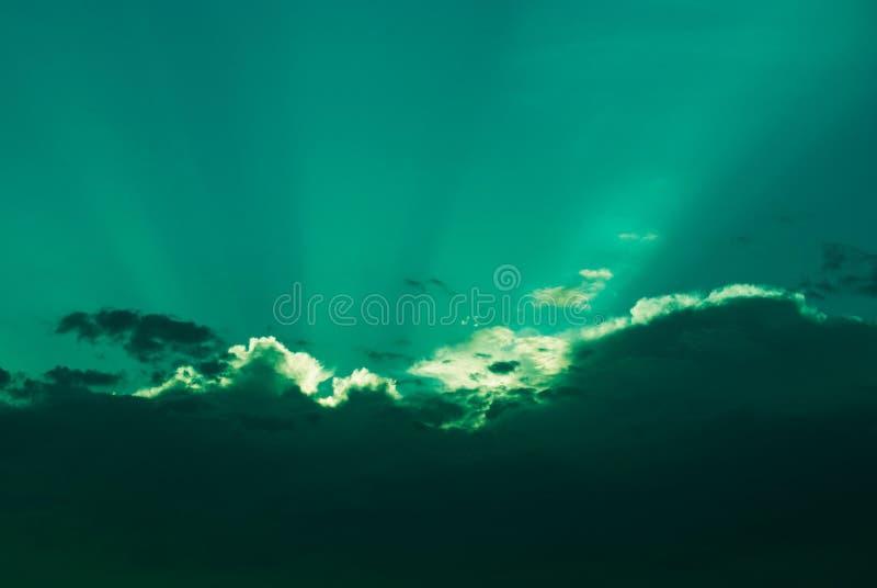 Cielo nuvoloso scenico con i raggi del sole fotografie stock libere da diritti
